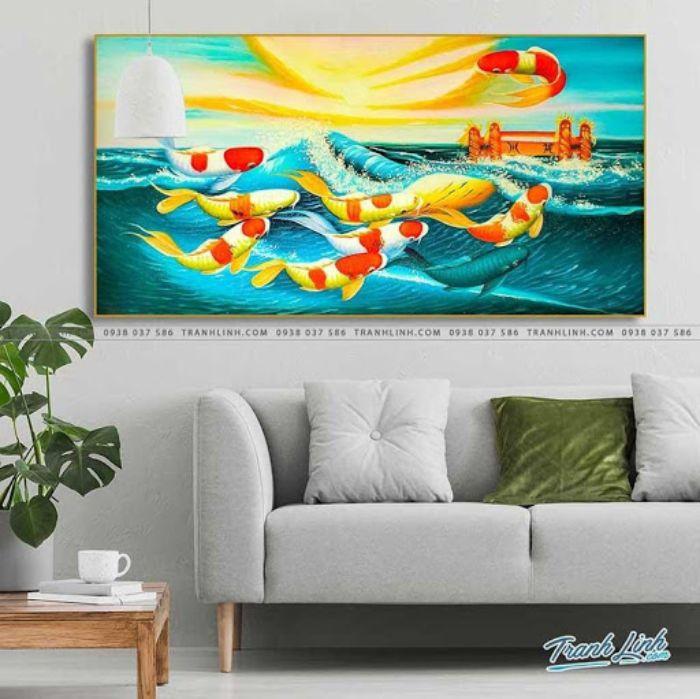 Bức tranh ghi lại khoảnh khắc bình minh trên biển lớn với đàn cá vàng vượt vũ môn thành công. Sắc vàng của ánh nắng mặt trời quyện với sắc xanh của mây, nước khiến người xem cảm giác ấm áp và thoải mái.