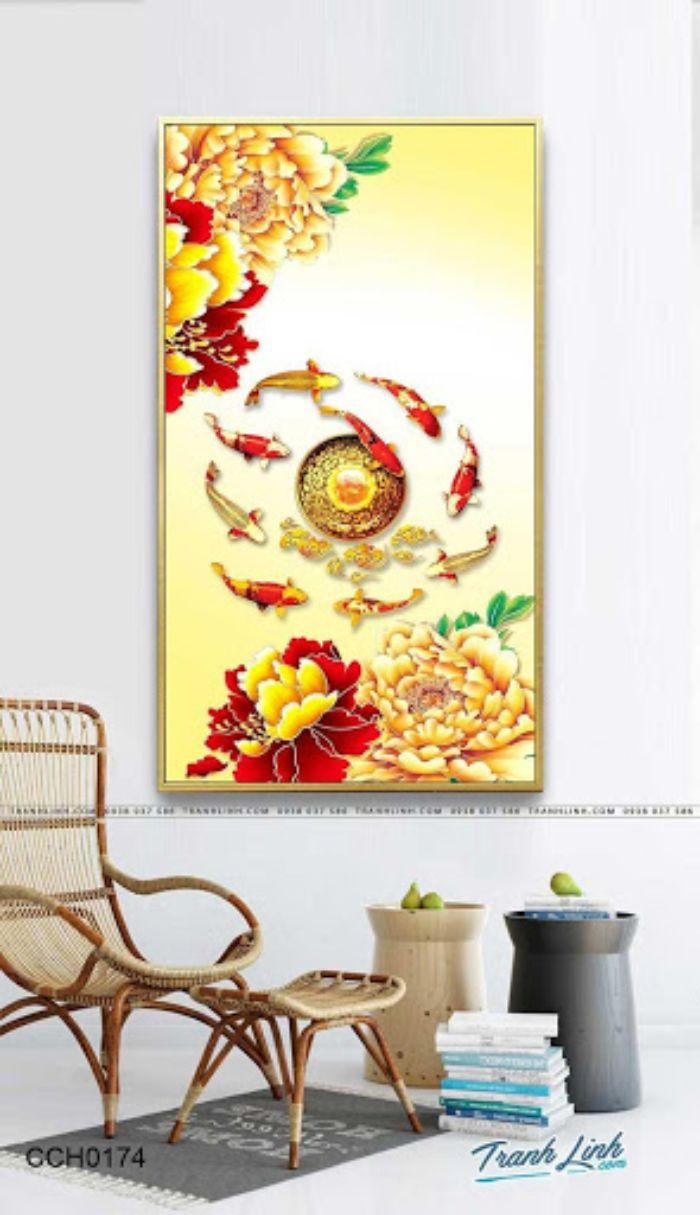 Bức tranh lột tả khung cảnh đàn cá vàng đang bơi lội quanh mặt trời và mây bên những đóa đại hồng cổ. Những nét vẽ đậm chất cổ phong tạo cảm giác bình yên cho người xem và tăng phần sang trọng cho không gian sống.