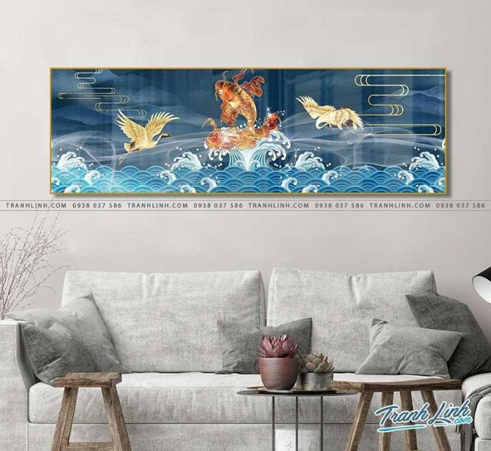 Bức tranh cá chép hóa rồng nổi trên mặt biển, sánh ngang với các Tiên Hạc trên thiên giới. Sử dụng họa tiết sóng cổ điển, màu sắc hài hòa thiên về tone lạnh giúp bức tranh trở nên thanh thoát và cuốn hút người xem.