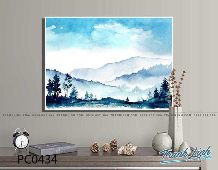 Bức họa này vẽ về chủ đề những ngọn núi hùng vĩ cao sừng sững nhấp nhô trong màn sương mờ dày đặc. Lại gần hơn là những hàng cây xanh rì rào trong gió như tô điểm cho phong cảnh hữu tình tràn ngập vẻ đẹp tươi mới của đất trời.