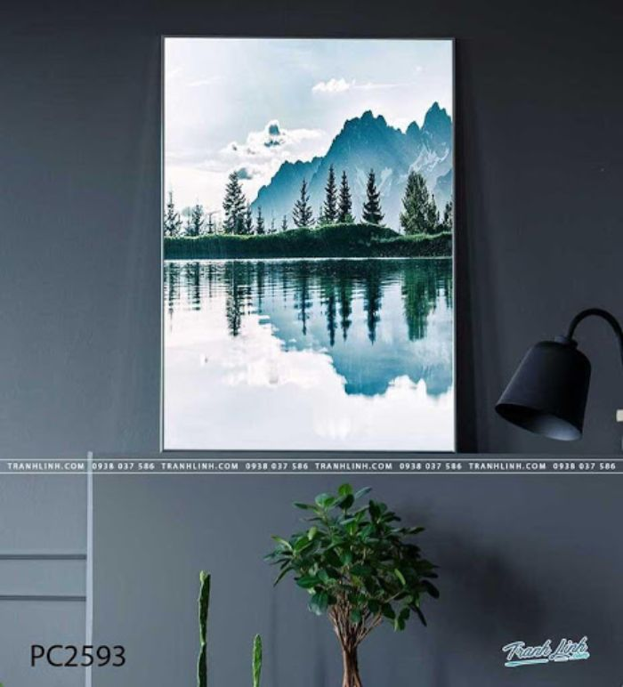 Nội dung bức họa này nói về phong cảnh núi non hùng vĩ, cảnh đẹp bao la của thiên nhiên Việt Nam. Bạn sẽ thấy trong tranh có núi non trùng điệp, cây cối xung quanh um tùm tươi tốt và làn nước mát trong lành nên thơ khiến cho ai ngắm nhìn cũng ngẩn ngơ.