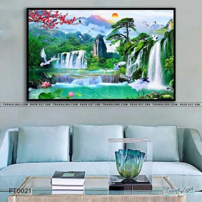 Bức họa vẽ lên khung cảnh chân thực của vùng sơn cước, có những ngọn núi cao, thác nước đổ ào ào mát lành. Khu rừng xanh rì cỏ cây chen lá, nơi mà cuộc sống bình yên hòa vào thiên nhiên. Bức tranh này treo trong nhà sẽ mang lại vận khí tốt lành cho gia chủ.