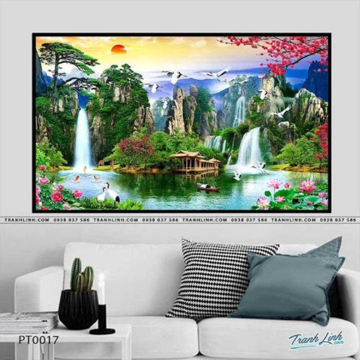 Khung cảnh bức họa tái hiện cuộc sống an yên chốn núi rừng. Chung quanh là đồi núi, sông nước, hoa sen nở thơm ngát hương. Cảnh vật hài hòa thể hiện được sinh khí đất trời dồi dào, trang trí bức họa này sẽ mang lại không gian tươi tắn, sinh động hơn.