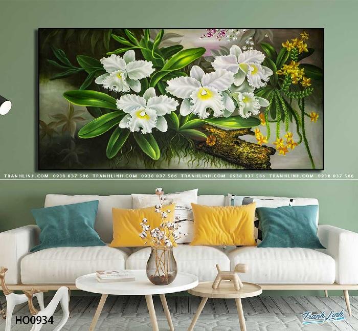 Tranh hoa lan rừng màu trắng mạnh mẽ, nổi bật trên nền cây màu xanh sống động, đại diện cho sức sống tươi mới tràn đầy.