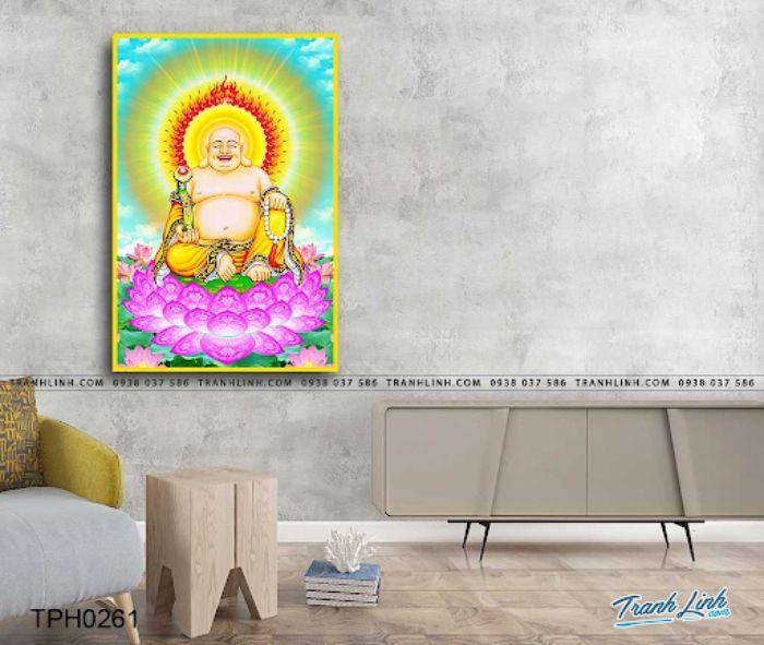 Bức tranh Phật Di Lặc cười tươi với màu vàng và xanh chủ đạo sẽ giúp căn phòng của gia chủ thêm phần tươi sáng. Là biểu tượng của niềm vui, an lạc trong cuộc, treo bức họa này tại phòng khách sẽ luôn đem đến cho gia đình gia chủ sức khỏe và bình yên. Sau những ngày dài làm việc mệt mỏi, ngắm nhìn bức tranh sẽ xua tan mọi muộn phiền, lo âu của gia chủ.