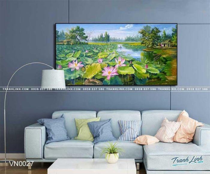 Bức tranh đầm sen tươi tốt nở rộ dưới nắng hè đem đến cảm giác tươi mát cho người xem. Hoa sen là biểu tượng cho sự bình an và hạnh phúc trọn vẹn. Treo bức tranh này trong phòng khách sẽ đem lại may mắn và sức khỏe cho gia đình gia chủ.