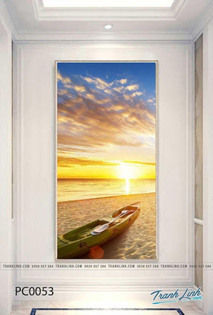 Bức tranh khắc họa khung cảnh thiên nhiên nơi biển cả một chiều hè rực rỡ. Hình ảnh mặt trời tượng trưng cho sự sống mãnh liệt, chiếc thuyền nằm trên cát tạo cảm giác an nhàn, thư thái cho người xem. Biển sẽ luôn đem đến sức sống dồi dào cho gia chủ cả về sức khỏe lẫn tiền tài.