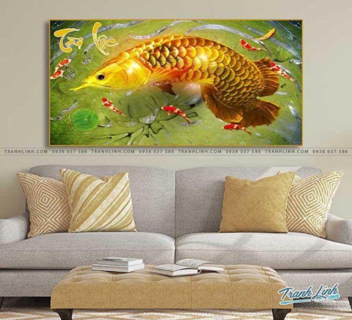 Bức tranh cá chép đã hóa rồng sau khi vượt vũ môn thành công được khắc họa rõ nét, chi tiết. Hình ảnh nửa cá chép nửa rồng thể hiện uy quyền, sức mạnh của gia chủ. Đồng thời đây là biểu trưng cho sự thành công viên mãn, thịnh vượng và bình an. Ngắm nhìn bức tranh sẽ giúp bạn có thêm nhiều năng lượng tích cực trong cuộc sống.